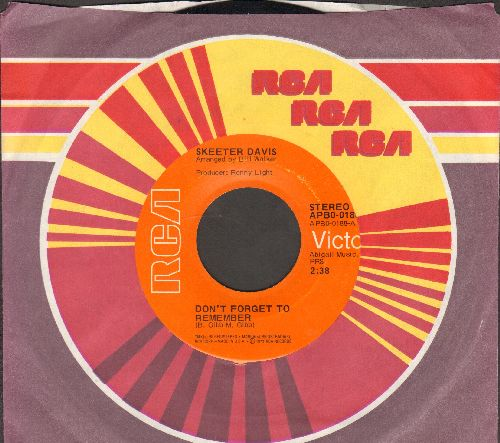 Davis, Skeeter - Don't Forget To Remember/Baby Get That Leavin' Off Your Mind (with RCA company sleeve) - NM9/ - 45 rpm Records