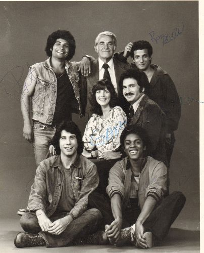 Travolta, John and cast of Welcome Back Kotter - 8 x 10 Foto of Welcome Back Kotter cast with 4 autographs, including stars John Travolta and Gabe Kaplan. COLLECTOR'S ITEM! - EX8/ - Autograph